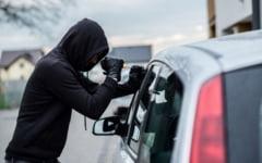 Plasat sub control judiciar, un pusti de 15 ani a fost prins dupa ce furase emblemele auto de la un autoturism