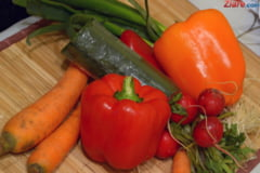 Platim de trei ori mai mult pentru legumele din piete. Producatorii dau vina pe bisnitari: Vor sa-si cumpere masina dintr-un kg de rosii