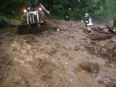 Ploaia torentiala de duminica seara a facut ravagii pe Raul Mare din Cugir. Mai multe cabane turistice si o portiune de drum, afectate de aluviuni