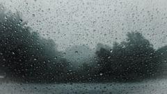 Ploaie torentiala pe autostrada Bucuresti - Constanta. Vizibilitate redusa si pericol de acvaplanare