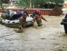 Ploi torentiale in trei judete, 100 de oameni evacuati, trafic feroviar intrerupt