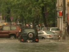 Ploi torentiale si inundatii in Bucuresti: Ponta l-a felicitat pe Oprescu pentru reactie
