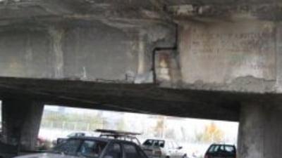 Ploiesti: Bucati dintr-un pod cad peste masini