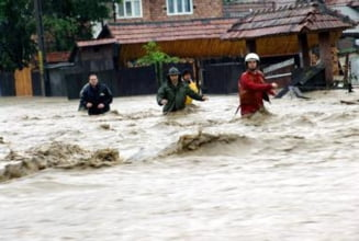 Ploile au facut prapad in Romania: Peste 800 de gospodarii, inundate