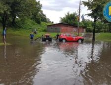 Ploile au facut ravagii in 15 judete: Case inundate, acoperisuri desprinse si masini distruse de copaci (Galerie foto)
