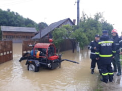 Ploile fac prapad: Case inundate, oameni si animale evacuate si cod rosu de inundatii (Foto&Video)