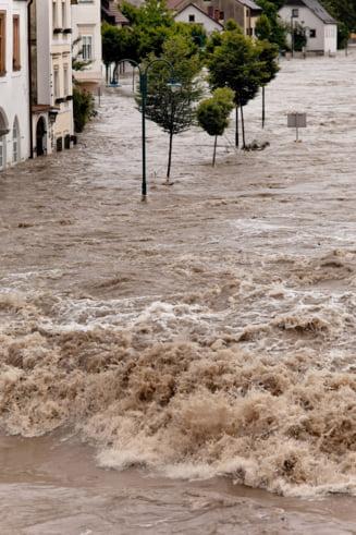 Ploile fac prapad: Doua femei au murit. Mii de case inundate si sute de oameni evacuati. Cod rosu in mai multe judete (Video)