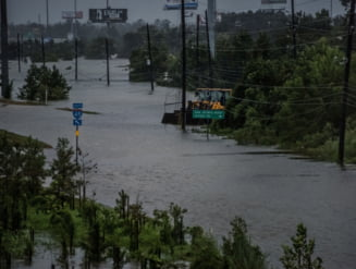 Ploua cat intr-un an la Houston: Cel putin 9 oameni au murit. Actiune dramatica de salvare (Video)