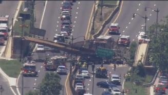 Pod pietonal prabusit peste o autostrada la Washington. Patru persoane au fost ranite FOTO