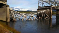 Pod prabusit in Washington: mai multe vehicule si oameni au cazut in apa