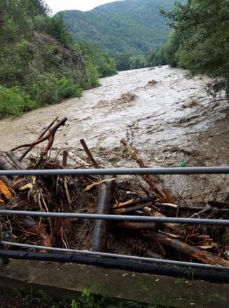 Podul din zona Visina a fost luat de viitura