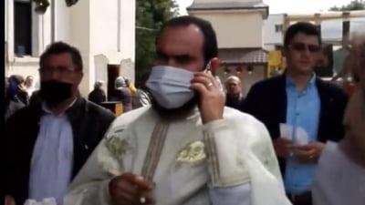 Politia, chemata la o biserica unde slujba tinuta in curte a fost intrerupta de doi tineri care au pus melodii cu versuri obscene (Video)