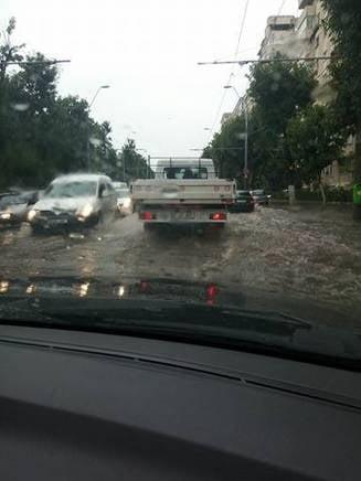 Politia anunta efectele ploii in Bucuresti: S-au stricat semafoare si sub Podul Grant e inundatie