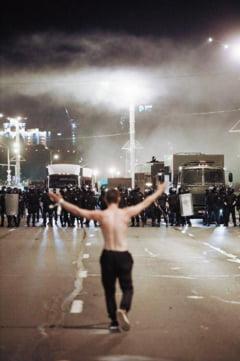 Politia din Belarus confirma ca a tras cu arme de foc in protestatari si ca a ranit o persoana
