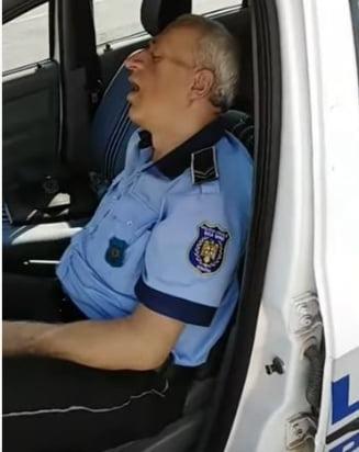 Politia la datorie: Un politist local umbla beat pe strada, altul doarme in masina de serviciu (Video)