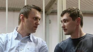 Politia rusa l-a retinut pe fratele lui Aleksei Navalnii, dupa mai multe perchezitii la Moscova. Autoritatile au cercetat apartamentul opozantului lui Putin