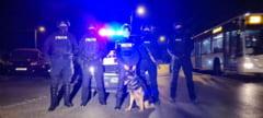 Politisti din Bucuresti suspectati de tortura si lipsire de libertate. Perchezitii multiple in Capitala si in judetul Caras-Severin