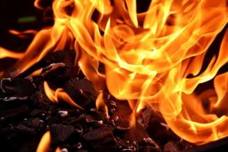 Pompierii au stins incendiul izbucnit la un depozit de mobila, care a cuprins o suprafata de 400 de metri patrati