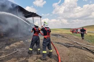 Pompierii incearca sa stinga, de 24 de ore, un incendiu la un depozit de furaje din Botosani