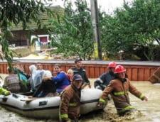 Pompierii le salvau satul de viitura, iar localnicii beau linistiti la birt (Foto)