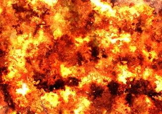 Pompierii se lupta de 18 ore sa stinga incendiul puternic de la depozitul din Ploiesti UPDATE