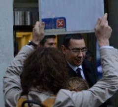 """Ponta, fata in fata cu protestatarii, la Londra: A primit diploma pentru """"trezirea poporului roman"""""""