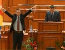Ponta, intrerupt in Parlament de Neamtu si Ofiteru: Tradatorul vrea sa vanda Romania!
