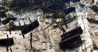 Populatia care-si atarna mortii in sicrie, de peretii muntilor, la inaltimi ametitoare (Video)