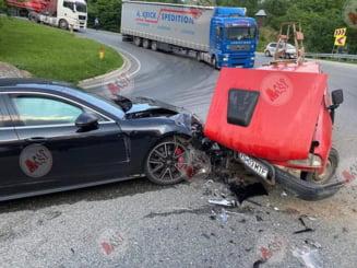 Porsche de 100.000 de euro avariat grav de o Dacia Papuc. Soferul a ramas fara frane si a ales sa loveasca masina de lux