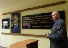 Portretul lui Vasile Goldis pictat pe sticla, dezvelit ieri pe holul liceului ce ii poarta numele