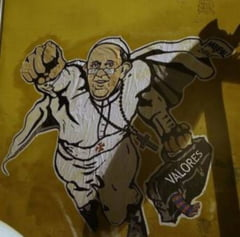 Postare inedita pe Twitter de la Vatican: Papa Francisc pe post de Superman
