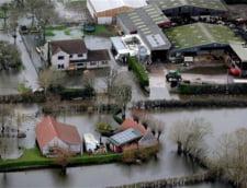 Potopul continua in Marea Britanie: furtunile au facut 3 morti, zeci de mii de case sunt in bezna