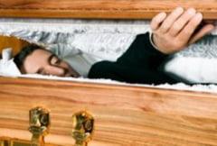 Poveste incredibila: Un barbat declarat mort a inviat inainte de inmormantare