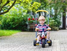 Poveste incredibila: Un copil a intrat cu tricicleta pe autostrada. Cum au reactionat cativa soferi