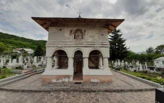 Povestea bisericii din Topoloveni. Lacasul de cult adaposteste doua evanghelii vechi de aproape trei secole