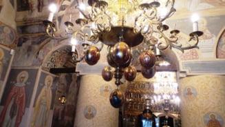 """Povestea candelabrului de Paste ornat cu oua de strut. Ce semnificatie au exoticele """"podoabe"""", prezente si in alte manastiri din Moldova"""