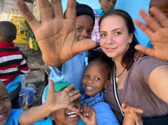 """Povestea fabuloasa a tinerei din Romania care face scoala cu copiii din Tanzania. """"M-am trezit la catedra direct. A fost o aventura"""""""