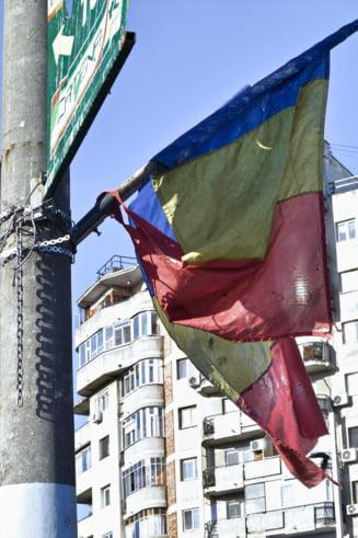 Povestea nestiuta a sutelor de steaguri aparute prin Capitala. De ce ne trebuiau si cine face bani de pe urma lor