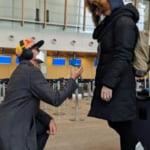 Povestea omului care a luat ultimul zbor disponibil pentru a-si cere iubita de sotie