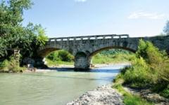 Povestea podului de piatra construit in vremea lui Cuza, care a rezistat pana acum doi ani: facea legatura intre Tara Romaneasca si Ardeal