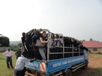 Povestea romancei care nu da bani pe strada, dar face voluntariat in Uganda