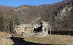 Povestea ruinelor Bisericii Visina de la intrarea in Defileul Jiului. A fost distrusa de localnicii care cautau obiecte de pret