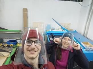 Povestea unor tineri voluntari din Sibiu care produc viziere de protectie si le impart gratuit medicilor