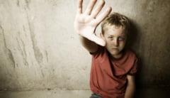 """Povesti triste ale copiilor abuzati care suna la Telefonul Copiilor: """"Tata da in mine cu ce apuca!"""""""