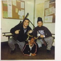 """Poza controversata in SUA: Doi fosti politisti, """"vanatori"""" langa un afro-american care poarta coarne de cerb"""