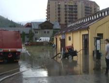 Prapad pe Valea Prahovei: Gospodarii inundate la Sinaia, trafic blocat de ape