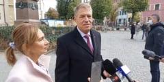 Președintele Iohannis și soția sa nu au purtat mască de protecție, la Sibiu. Rata de incidență depășise 6 cazuri la mia de locuitori VIDEO