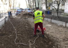 Premiera in Sectorul 2 al Capitalei: Constructorul reface gradina unui bloc dupa lucrarile de reabilitare termica