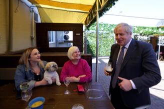 Premierul Boris Johnson a sarbatorit relaxarea restrictiilor la o bere intr-un pub din Wolverhampton