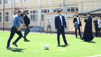 """Premierul Florin Citu a jucat fotbal cu elevii din Satu Mare. Ipostaza inedita in care a fost surprins: """"M-au alergat putin baietii"""""""